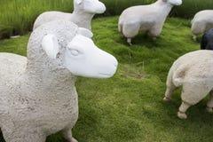 Estatua blanco y negro de las ovejas Fotos de archivo