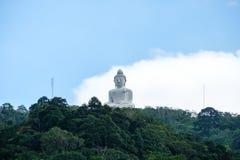 Estatua Buda grande blanco famoso en la montaña máxima en phuket Imagenes de archivo