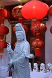 Estatua budista china y linternas rojas Imagenes de archivo