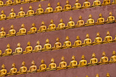 Estatua budista coloreada de oro en Wat Thum Pu Wa Foto de archivo