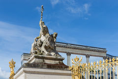 Estatua cerca de la entrada del palacio Versalles en París, Francia Fotos de archivo