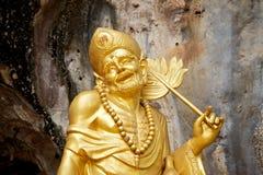 Estatua china de oro de dios en templo de la cueva del tigre Fotos de archivo libres de regalías