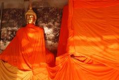 Estatua clásica de Buda del oro en la terraza del tem de Suthatthepphaararam Foto de archivo
