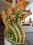 Estatua coloreada de un dragón verde en el templo del buddist Fotos de archivo libres de regalías
