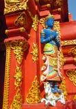 Estatua colorida en la pared asiática del templo Fotos de archivo libres de regalías