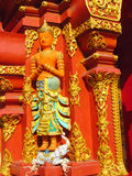 Estatua colorida en la pared asiática del templo Fotografía de archivo