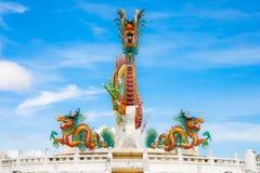 Estatua colorida gigante o grande hermosa del dragón con el cielo azul en el parque de Nakornsawan, Tailandia Fotografía de archivo