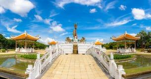 Estatua colorida gigante o grande hermosa del dragón con el cielo azul en el parque de Nakornsawan, Tailandia Fotos de archivo libres de regalías