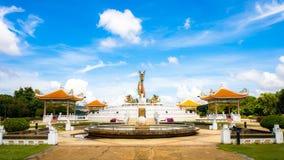 Estatua colorida gigante o grande hermosa del dragón con el cielo azul en el parque de Nakornsawan, Tailandia Foto de archivo