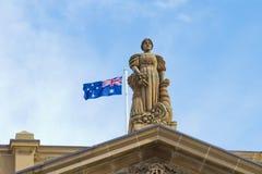 Estatua con el indicador de Australia fotografía de archivo