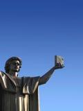 Estatua con el libro a disposición Foto de archivo