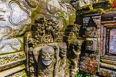 Estatua con el musgo en Bali, Indonesia imágenes de archivo libres de regalías