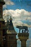Estatua con la catedral, el lobo, Remus y Romulus Timisoara, romano foto de archivo libre de regalías