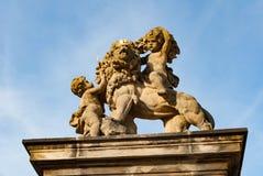 Estatua con los muchachos del príncipe, puerta de piedra del león fotografía de archivo