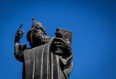 Estatua con un libro en fractura Imagenes de archivo