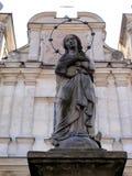 Estatua concreta de nuestra señora delante de la iglesia de St Franci Foto de archivo