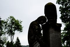 Estatua conmemorativa de la piedra sepulcral vieja en cementerio antiguo estatua triste hermosa de la muchacha en el cementerio v foto de archivo libre de regalías