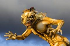 Estatua construida para el desfile de Ngrupuk, que de Ogoh-ogoh ocurre en incluso del día de Nyepi en la isla de Bali, Indonesia foto de archivo libre de regalías