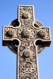 Estatua cruzada con el fondo del cielo azul foto de archivo