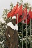 Estatua cubierta con la nieve de Luigj Gurakuqi - escritor y político albaneses fotografía de archivo