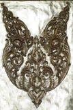 Estatua de acero de la flor con el arte tailandés que hace a mano en fondos de la plata del metal, metal del estilo que talla la  Imagen de archivo libre de regalías