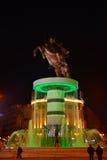 Estatua de Alexander el grande por la noche, adentro centro de la ciudad de Skopje, Macedonia Fotos de archivo