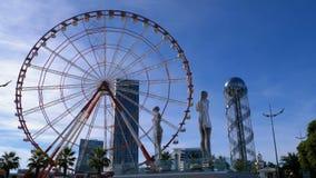 Estatua de Ali y Nino y Ferris Wheel contra la torre del alfabeto en el terraplén de Batumi almacen de metraje de vídeo
