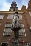Estatua de Anne Frank en Amsterdam fotos de archivo
