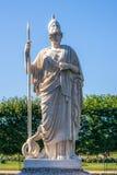 Estatua de Athena en el parque de Peterhof Fotografía de archivo libre de regalías