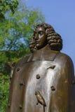 Estatua de Baruch Spinoza en Amsterdam fotos de archivo