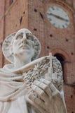 Estatua de Bernardo Tolomei del santo en el territoriale Románico de Abbazia Imagenes de archivo