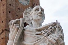 Estatua de Bernardo Tolomei del santo en el territoriale Románico de Abbazia imagen de archivo