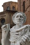Estatua de Bernardo Tolomei del santo en el territoriale Románico de Abbazia Imágenes de archivo libres de regalías