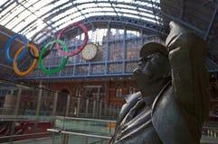 Estatua de Betjeman y anillos olímpicos en St Pancras Imágenes de archivo libres de regalías