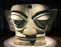 Estatua de bronce antigua grande China de la máscara Foto de archivo libre de regalías