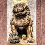 Estatua de bronce china del león con el fondo del granito Foto de archivo libre de regalías