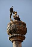 Estatua de bronce de un rey en una columna Fotos de archivo libres de regalías