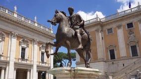 Estatua de bronce del emperador Marcus Aurelius en caballo en Capitol Hill en Roma, Italia en la cámara lenta almacen de video