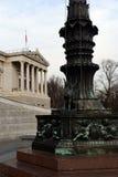 Estatua de bronce del grifo Decoración de la lámpara de calle vieja delante del edificio austríaco del parlamento, Viena, Austria Imagen de archivo