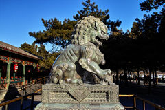 Estatua de bronce del león en palacio de verano Fotos de archivo