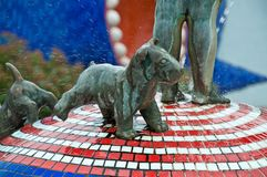 Estatua de bronce del perrito de la fuente hermosa del mosaico en Kiev Ucrania Fotografía de archivo