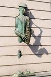 Estatua de bronce del saxofonista que viene a través de la pared en la calle de Rustaveli, Tbilisi Foto de archivo