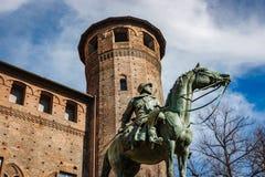 Estatua de bronce delante del palacio de Madama, Turín, Italia fotos de archivo