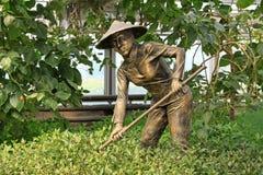 Estatua de bronce en la agricultura moderna que cultiva la exposición de la escultura Fotografía de archivo