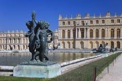 Estatua de bronce en Versalles, Francia Foto de archivo libre de regalías
