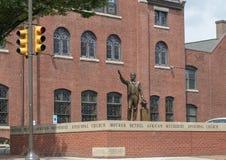 Estatua de bronce de George Alle en la madre Bethel African Methodist Episcopal Church, Philadelphia imágenes de archivo libres de regalías