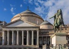 Estatua de bronce de rey Ferdinand I de Borbón y de la iglesia San Francesco di Paola, Plebiscito Square Piazza del Plebiscito imagen de archivo