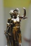 Estatua de bronce vieja de la justicia Imagen de archivo