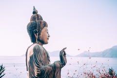 Estatua de Buda al aire libre cerca del mar Fotos de archivo