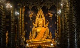 Estatua de Buda con el pilar del templo Foto de archivo